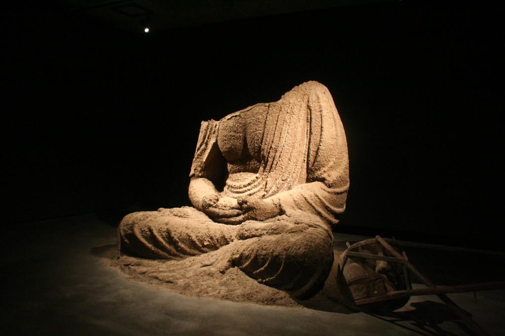 Mona patung Buddha tanpa kepala