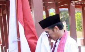 Jokowi nyapres cium bendera
