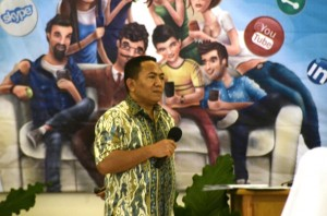 Pelaksana Harian/Sekretaris Eksekutif Komsos KWI Romo Kamilus Pantus Pr ikut memberi motivasi kepada para peserta semiloka menulis di Keuskupan Malang (Dokumentasi Panitia)