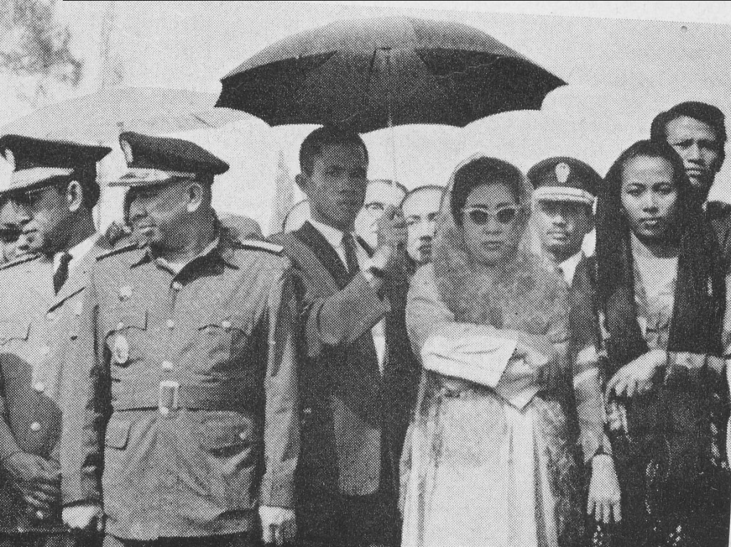 Ibu Negara Fatmawati terlihat melayat saat berlangsung pemakaman Mgr. Soegijapranata SJ di Taman Makam Pahlawan di Semarang