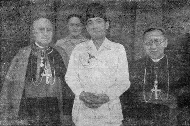 President Soekarno dan Mgr. Soegijapranata dalam sebuah acara di Yogyakarta tahun 1950 (Courtesy of Harian Kedaulatan Rakyat)
