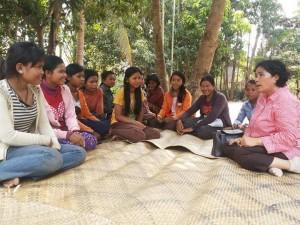 Para siswi penerima beasiswa berbagi cerita ( Foto: Hari Juliawan SJ)