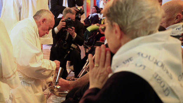 pope-washes-feet by cbs