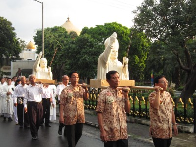 Procession the pope statue ok