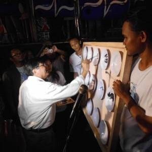 Romo Sindhunata SJ Membuka Pameran dengan Melukis Piring / Foto : Nugroho Angkasa