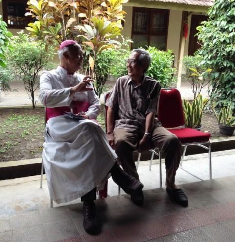 Mgr Pujasumarta dan Br Yoannes FC di Nandan