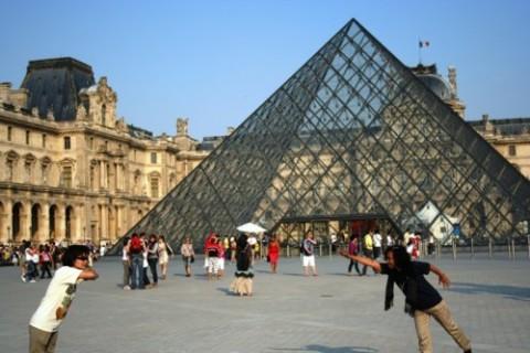 Museum Louvree piramid ok