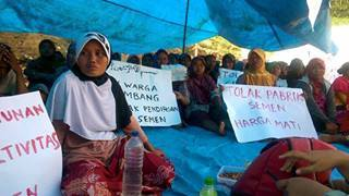 Ibu-ibu Warga Gunem demonstrasi menolak pendirian pabrik semen di Gunem, Rembang / Foto : dok. Fajar Kelana Post