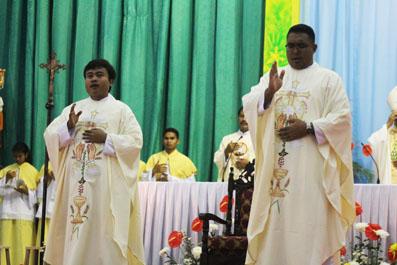 Imam Baru Memberikan Berkat Pertama
