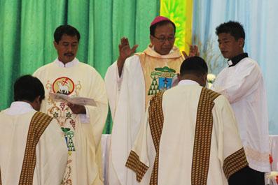 Mgr Sudarso Mendoakan dua Imam Baru