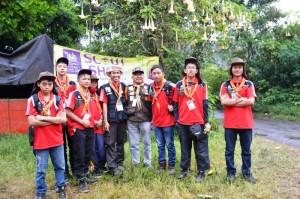 Pramuka Kontingen Banjarmasin Berfoto Bersama Kak Hardi Tobi dari TKK MNPK