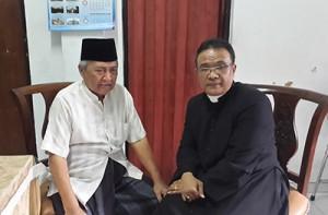 KH Mahfudz Ridwan (kiri) pengasuh Ponpes Edi Mancara bersama Romo Al.Budi Purnomo Pr / Dokpri
