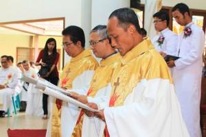 SCJ Tiga imam SCJ yang merayakan pesta perak Hidup Membiara sedang membarui kaul