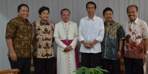 Jokowi berfoto bersama Ketua KWI Mgr.Suharyo (ketiga dari kiri) dan para Romo Sekretaris Komisi KWI/ Foto: Dokumen Komsos KWI