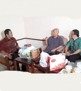 Wali Kota Semarang Hendrar Prihadi (kiri) saat mengunjungi Uskup Agung Semarng, Mgr. Pujasumarta (tengah) / Foto : Rm. Al. Budi Purnomo