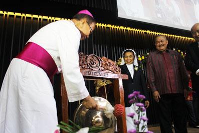 Mgr Sudarso memukul gong tanda mulai beroperasinya RS RK Charitas Palembang