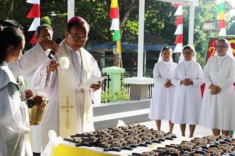 RS Charitas Mgr Sudarso memberkati salib-salib saat memimpin pemberkatan RS Panti Bhaktiningsih Charitas Belitang Sumatera Selatan
