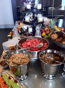 Makanan di meja by victoria hotel