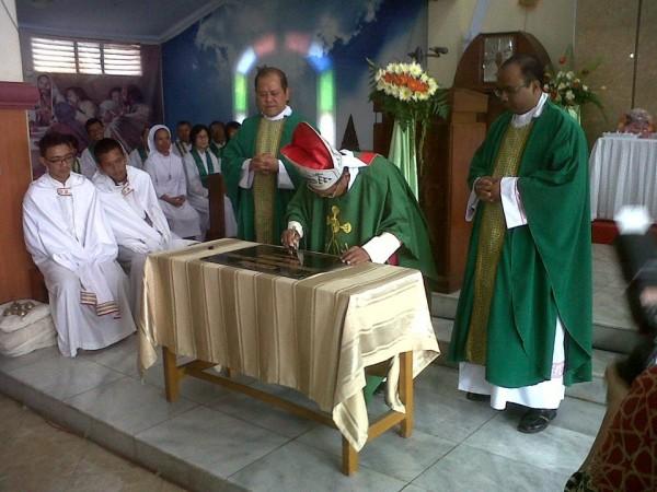 Mgr. Julianus Sunarka SJ di Paroki Pemalang3.jpg