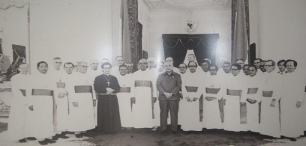 Kunjungan-para-Waligereja-ke-Istana-Presiden-Soeharto-1980
