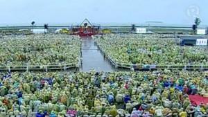 Ratusan ribu umat hadir dengan mengenakan jas hujan dalam misa bersama Paus Fransiskus di Leyte (17/1)