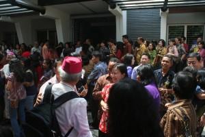 Mgr Hila di kerumunan umat Kosambi