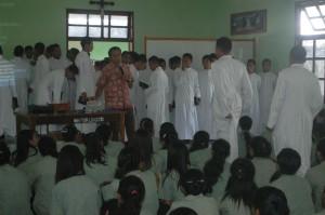 Rm. Sipry, para frater, siswa-siswi Suria (Foto : Eustachius Mali)