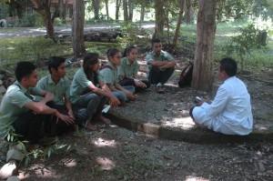 Para siswa sedang sharing di kelompok bersama frater TOR / Foto : Eustachius Mali
