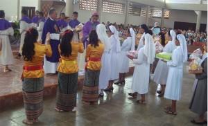 Uskup Domi Saku ditemani Provinsialat SVD Timor dan Romo Dekenat Belu Utara menerima Persembahan yang dibawakan Suster-Suster / Foto : Felixianus Ali