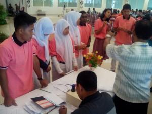 Keterangan Foto : Para peserta lomba debat sedang mengambil undian / Foto : Retno Wulandari (Dok.Komsos KWI)