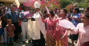 Mgr. Datus Lega menari bersama para penari Minahasa usai Ekaristi Penutupan Pekan Komsos Nasional – KWI / Foto : Abdi