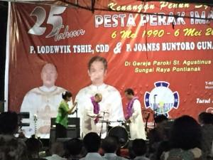 Acara ramah tamah pesta perak imamat Pastor Lodewijk CDD dan Pastor Yandhie (6/5/2015) Foto: Yongky