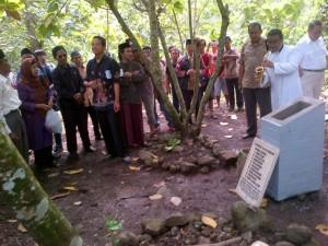 Romo Budenk Budi Purnomo di kuburan massal Ngaliyan Kendal