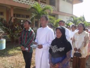 Pater Yanto bersama orang tua / Foto : Frater Aldo