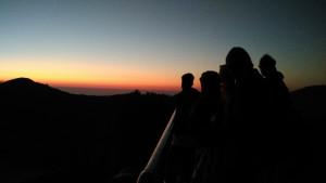 wisatawan menyaksikan sunrise