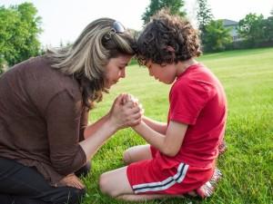 ibu ajak anaknya berdoa by ist