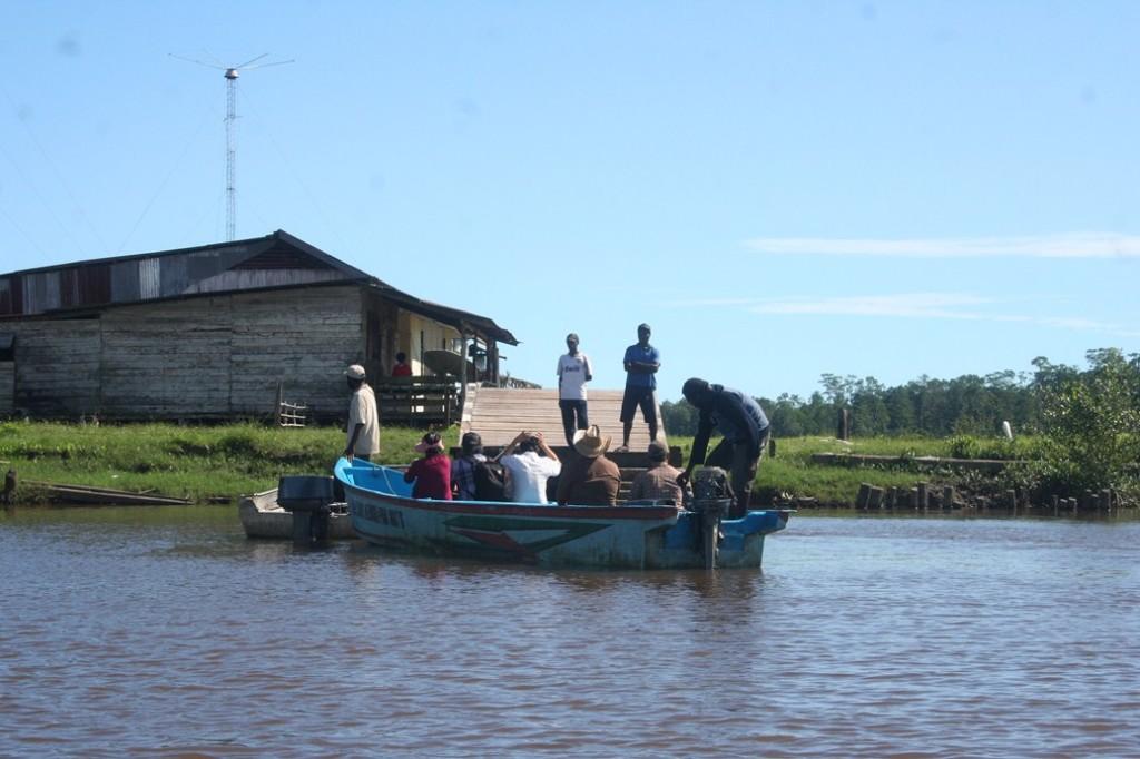 naik kapal perahu kayu di agats