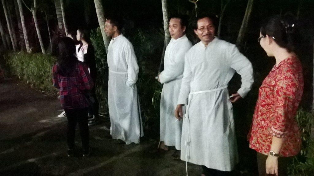 BERBINCANG - Tiga bruder berbincang dengan sebagian tamu undangan di sela acara ramah tamah yang digelar di kawasan Provinsialat Bruder-Bruder Maria Tak Bernoda (MTB) di Pontianak, Kalimantan Barat, Senin (15/8/16) malam. (Foto: Severianus Endi)