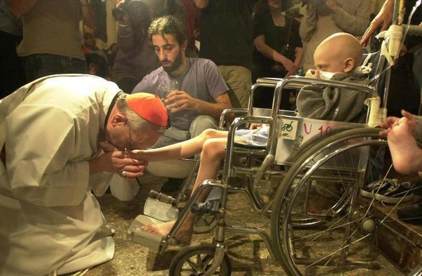 Paus Fransiskus berkenan mencium kaki orang dalam sebuah upacara Kamis Putih di luar Vatikan. (Ist)