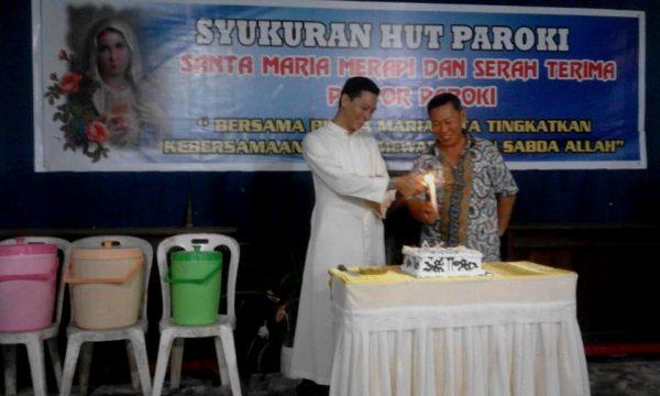 Acara tiup lilin oleh Romo Matheus Sukmawanto, imam diosesan KAS yang diutus berkarya di Keuskupan Manokwari-Sorong sebagai 'misionaris domestik'