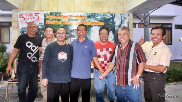 Akmarhum Tarsisius Tarce Siar dalam sebuah acara reunian alumni Mertoyudan tahun 1977. (Ist)